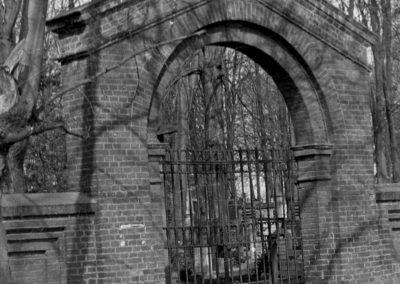 Brama wejściowa od ul. Cmentarnej .
